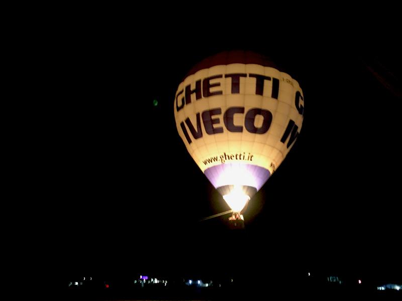 Spettacolo notturno mongolfiera in volo