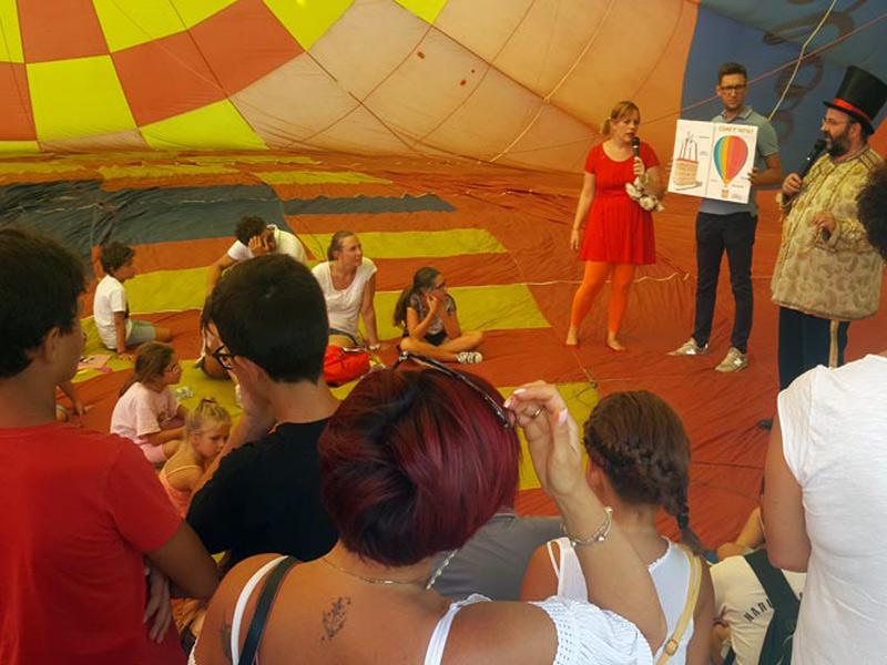 Mongolfiera stesa a terra con intrattenimento per bambini