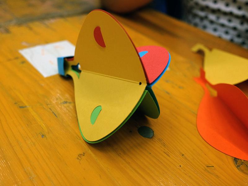 Laboratorio per bambini come costruire una mongolfiera di carte